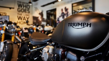 Triumph Bobber Ironstone tank detailing in triumph dealership