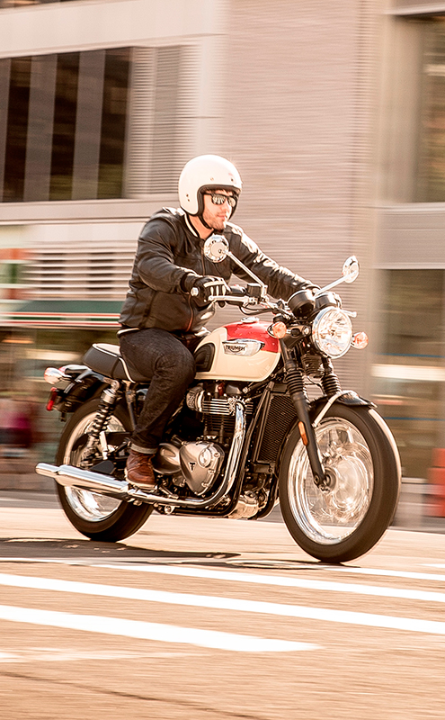Triumph bonneville T100 riding
