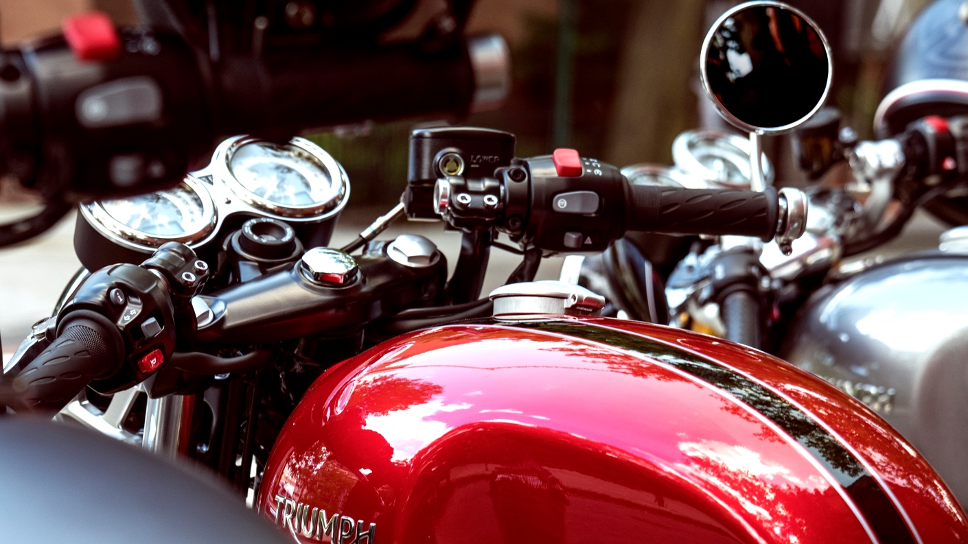 Triumph Thruxton 1200 fingertip controls